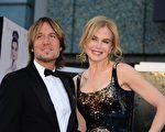 2013年2月24日,妮可•基德曼与丈夫凯斯•厄本在奥斯卡颁奖红毯上。(AFP PHOTO/FREDERIC J. BROWN)
