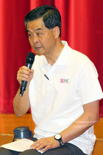 中共地下党特首梁振英上台后,一直在曾庆红的授意下,将香港作为搅局江派中南海政敌习近平的磨心,不惜用黑帮乱港,制造事端。梁振英在香港搞青关会围堵法轮功等,动用的就是黑帮势力。(潘在殊/大纪元)