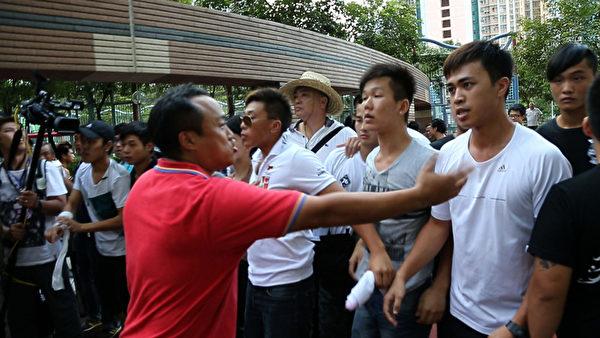 中共地下党特首梁振英2013年8月11日到天水围出席地区论坛,多个政党和团体到场示威抗议,场内场外都有黑帮成员护驾,图为香港元朗美都餐厅及龙狮队负责人陈嘉辉(红衫者)和香港屏山乡乡委会主席曾树和(草帽者)现场指挥黑道人士围殴抗议人士。(潘在殊/大纪元)