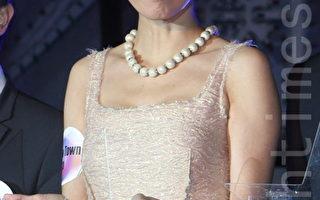 GiGi穿著寬鬆抱baby秀照 被疑有孕?