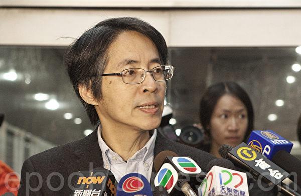 《明报》前总编辑刘进图26日遇袭,身遭五刀,目前生命危殆。图为上月明报换总编风波中,他出来和传媒见面。(余钢/大纪元)
