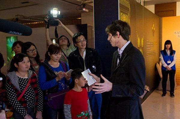 """高雄的《穿越时空互动大展》请来被台湾媒体称为""""网路名人""""的《老外看中国》主持人郝毅博(Ben Hedges),在《穿越时空互动大展》上担任导览员,并与幸运的粉丝们一起穿越时空。(新唐人亚太电视台)"""