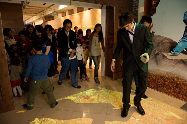 """高雄梦时代的《穿越时空互动大展》请来被台湾媒体称为""""网路名人""""的《老外看中国》主持人郝毅博(Ben Hedges),在《穿越时空互动大展》上担任导览员,并与幸运的粉丝们一起穿越时空,图为体验传统武术的武德 。(新唐人亚太电视台)"""