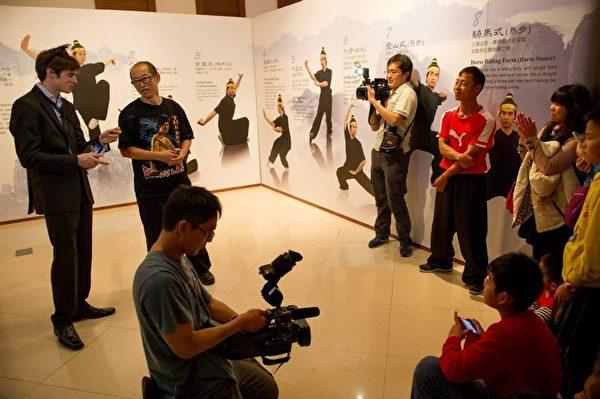 """高雄梦时代的《穿越时空互动大展》请来被台湾媒体称为""""网路名人""""的《老外看中国》主持人郝毅博(Ben Hedges),在《穿越时空互动大展》上担任导览员,并与幸运的粉丝们一起穿越时空,图为武术八式。(新唐人亚太电视台)"""