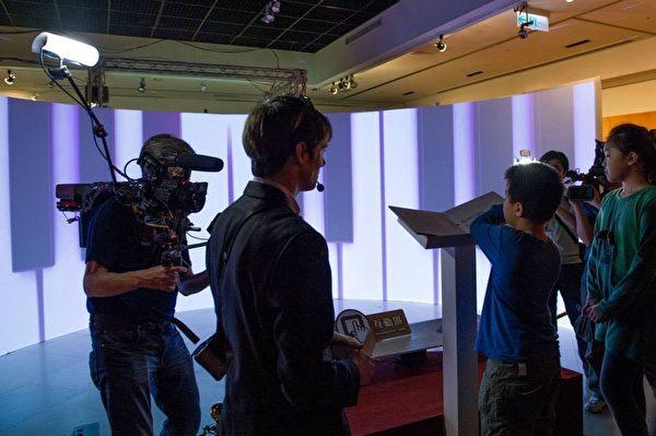 """高雄梦时代的《穿越时空互动大展》请来被台湾媒体称为""""网路名人""""的《老外看中国》主持人郝毅博(Ben Hedges),在《穿越时空互动大展》上担任导览员,并与幸运的粉丝们一起穿越时空,图为体验美妙音乐。(新唐人亚太电视台)"""