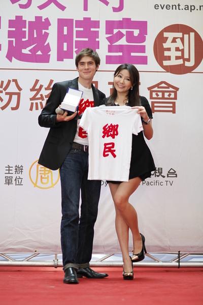 《老外看中國》主持人郝毅博(Ben Hedges),他來臺首場粉絲見面會,頭號粉絲三立主播楊伊媚(右)成為神秘嘉賓。(新唐人亞太電視臺)