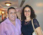 房地產經理人Ida Jimenez和她的朋友觀賞了2月2日星期日下午的演出(吳蔚溪/大紀元)