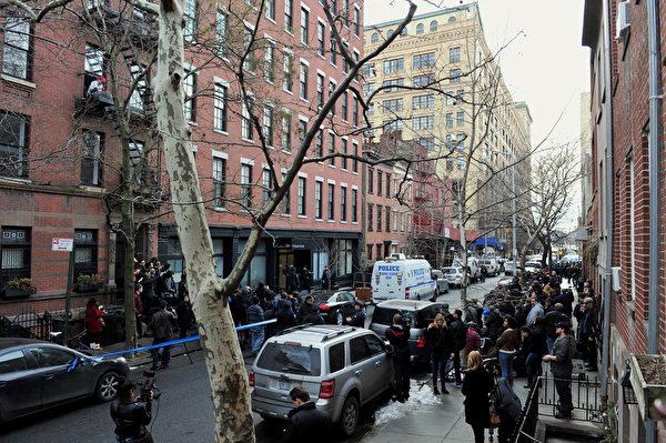 曾获奥斯卡帝的菲力普西蒙霍夫曼,2日被发现陈尸自宅。图为2014年2月2日,纽约,警方赶至菲力普西蒙霍夫曼的寓所处理。(STAN HONDA/AFP/Getty Images)