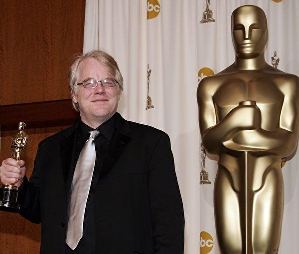 曾获奥斯卡帝的菲力普西蒙霍夫曼,2日被发现陈尸自宅。图为2006年3月5日,洛杉矶,菲力普西蒙霍夫曼勇夺奥斯卡最佳男主角奖。(Vince Bucci/Getty Images)