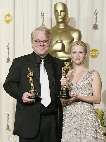 2006年3月5日,菲利普•西摩•霍夫曼和瑞茜•威瑟斯彭分获奥斯卡最佳男女主角奖。(ROBYN BECK/AFP/Getty Images)