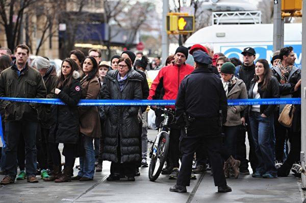 曾获奥斯卡影帝的菲利普•西摩•霍夫曼,2日猝死于其曼哈顿寓所。图为当日纽约民众聚集在其居住的曼哈顿下城格林尼治村一带。(Jemal Countess/Getty Images)