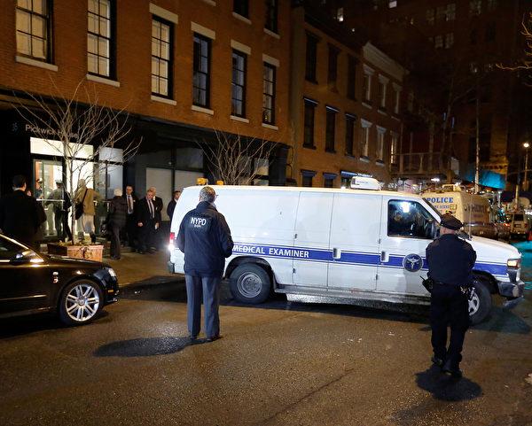曾获奥斯卡影帝的菲利普•西摩•霍夫曼,2日猝死于其曼哈顿寓所。图为当日纽约警方赶至其寓所处理。(Jemal Countess/Getty Images)