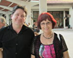Bernard Dufour和他的媽媽一起看了2月2日下午兩點神韻紐約藝術團在布勞沃德表演藝術中心的最後一場演出。(吳蔚溪/大紀元)