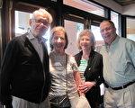 婦科醫生Ted Tobias(左一)與太太(左二)和朋友一起觀看了2月2日下午的神韻演出。他們說,演出非常美,他們非常陶醉。(秦紫寰/大紀元)