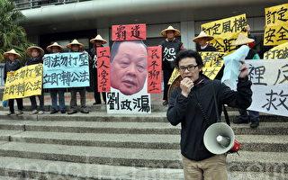 苗栗县代表的兴利纸厂十余名七旬老员工,再度返回台北车站,争取应有的权益。(许享富/大纪元)