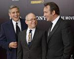 (左起)喬治•克魯尼與鮑勃•巴拉班、讓•杜雅爾丹出席《大尋寶家》首映式。(Michael Loccisano/Getty Images)