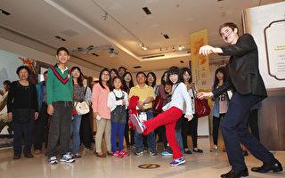郝毅博向小朋友介紹「穿越時空互動大展」。(新唐人電視台提供)