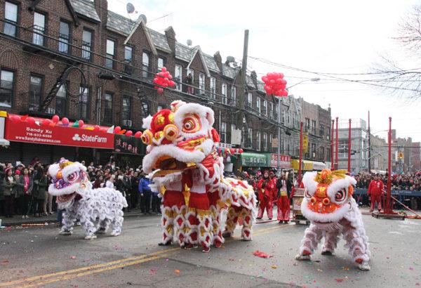 布碌崙華人協會今年2月2日舉辦第27屆新年大遊行,不但有精彩的高樁表演,還出現了超級大號的大獅子(太獅)。平常舞獅由兩個人配合,一個在前面舞弄獅頭,一個人在後面充當獅尾,看,大號獅子里有四個人呢。(攝影:王依瀾/大紀元)