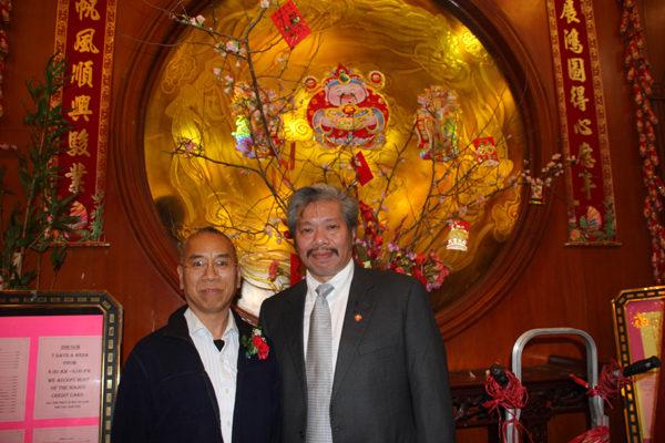 陳家齡(右)與李長明(左)2月5日晚在紐約安良工商總會的春宴上。(攝影:蔡溶/大紀元)