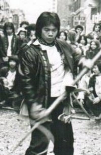 陳家齡從12-13歲開始練習江西竹林螳螂派國術,至今已有45個年頭了。圖為1973年陳家齡在華埠舞獅前,表演武術的照片。(陳家齡提供)