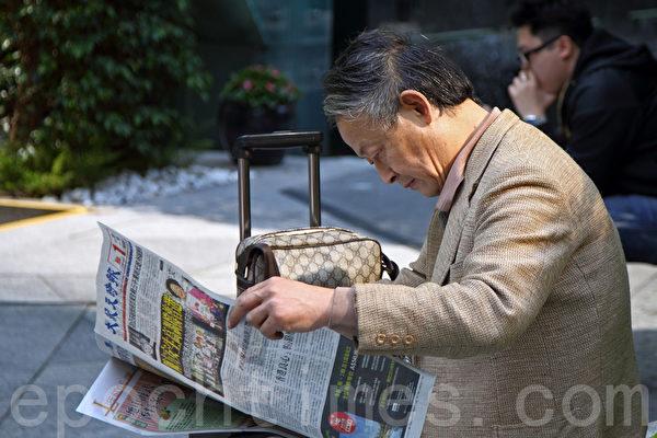 香港新年期间,近百万大陆游客争相抢看《大纪元时报》。(潘在殊/大纪元)