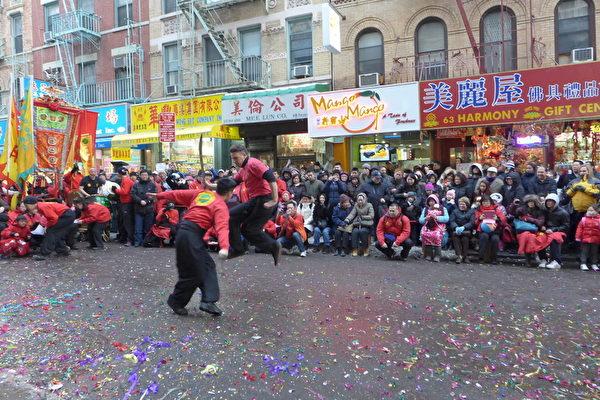 2014年2月8日竹林螳螂派武館在一天的舞獅結束後,下午5點收隊前,零下攝氏六度的低溫下依然按照傳統,在唐人街舞刀弄槍、表演武術。(蔡溶/大紀元)