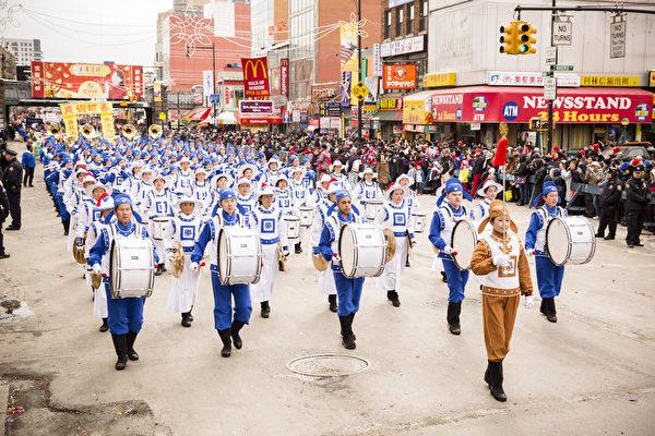 2014年2月8日,由法拉盛華人工商促進會主辦的第18屆紐約法拉盛新年大遊行隆重舉行。圖為參加遊行的法輪大法天國樂隊。(Edward Dai/大紀元)