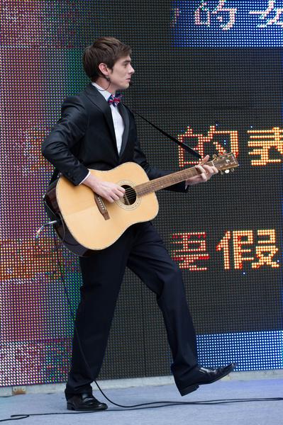 郝毅博深情中帶詼諧的吉他秀。(新唐人)