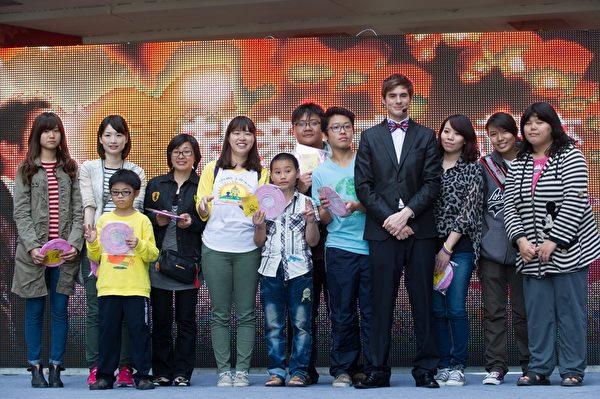 郝毅博(右4)準備毛筆親筆簽名的燈籠和全套迷4張典藏「郝貼紙」送給上台猜燈謎的粉絲。(新唐人)