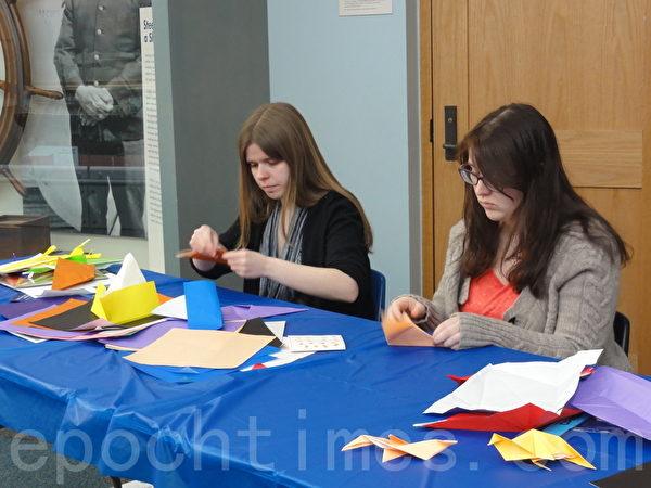 博物馆内教孩子们用彩色纸折叠纸马、纸鸟的摊位 (司瑞/大纪元)