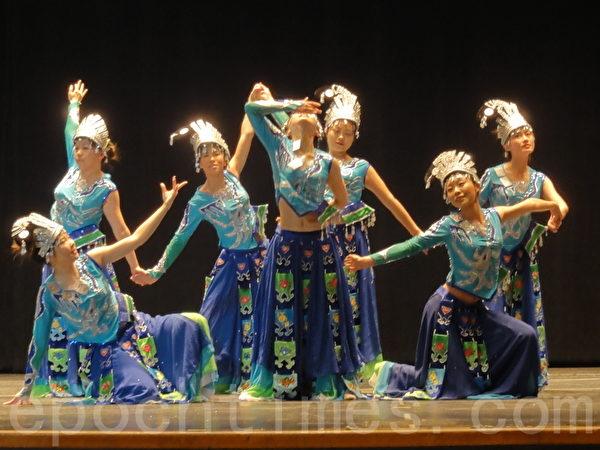 """""""宾州华人舞蹈协会"""" 的姑娘们表演中国的苗族舞蹈。(司瑞/大纪元)"""