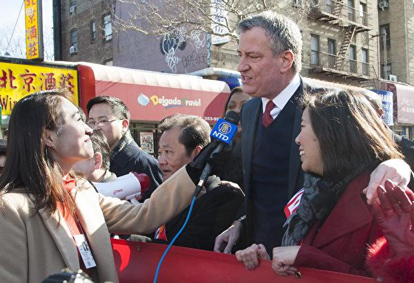 2014年2月8日,由法拉盛华人工商促进会主办的第18届纽约法拉盛新年大游行隆重举行。纽约市长白思豪( Bill de Blasio)祝华人新年快乐。(戴兵/大纪元)