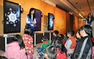 12日「新唐人互動大展」在皇家音樂廳內,中芸小朋友專心聆聽水結晶的故事。(李晴玳/大紀元)
