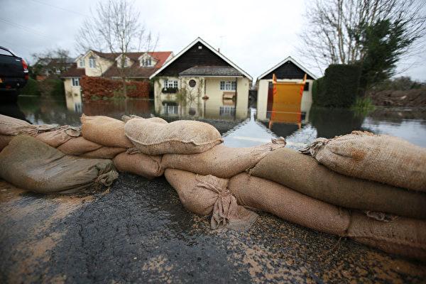 英國部份地區連日降雨,泰晤士河沿岸多地決堤,一些村莊被洪水淹沒。(Peter Macdiarmid/Getty Images)