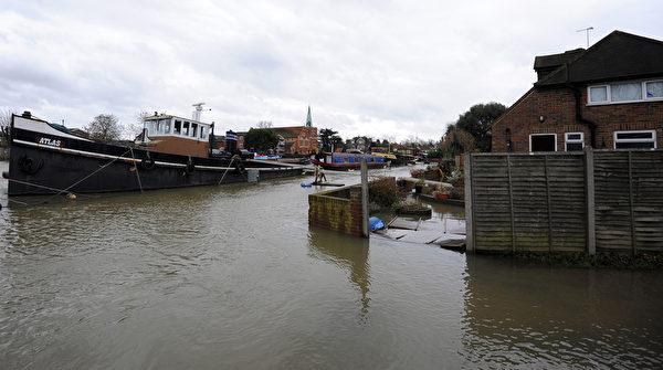 英國部份地區連日降雨,泰晤士河沿岸多地決堤,一些村莊被洪水淹沒。 (CARL COURT/AFP/Getty Images)