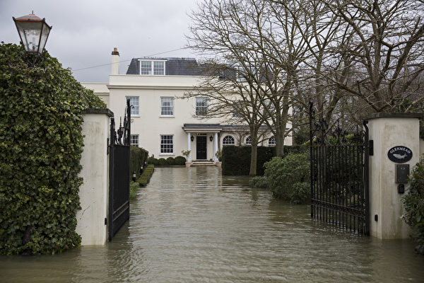 英國部份地區連日降雨,泰晤士河沿岸多地決堤,一些村莊被洪水淹沒。 (Oli Scarff/Getty Images)