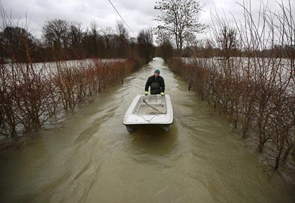 英國部份地區連日降雨,一些村莊被洪水淹沒。 (Peter Macdiarmid/Getty Images)