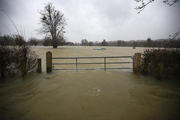 英國部份地區連日降雨,泰晤士河沿岸多地決堤,一些村莊被洪水淹沒。 (Peter Macdiarmid/Getty Images)