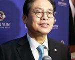 韩国执政党最高委员郑宇泽赞叹神韵,认为这是神传给人的舞蹈和音乐。(全宇/大纪元)