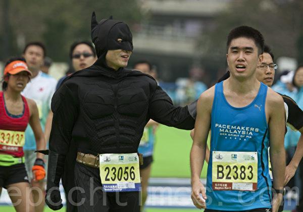 一年一度香港國際馬拉松16日清晨舉行,這項被國際田聯認可為銀級道路的賽事,今年更破紀錄有七萬三千人報名,來自14個國家地區的選手參賽。蝙蝠俠也出場並鼓勵參賽選手。(余鋼/大紀元)