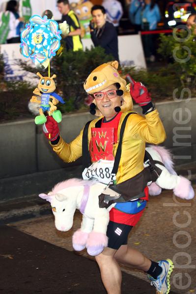 2014年香港國際馬拉松(渣打馬拉松)於2月16日舉行,有超過7.3萬人參加。其中,長21.1公里的半馬拉松賽,從尖沙咀彌敦道出發,以銅鑼灣維多利亞公園為重點,有22,500人報名參加,有人以騎馬裝上陣。(潘在殊/大紀元)