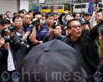 2013年3月銅鑼灣一次青關會侵擾法輪功事件中,有份圍罵李慧玲的疑似「保衛香港運動」成員(紅圈)曾經出現在現場。圖右方者分別是青關會頭目肖小蓉和楊江。(潘在殊/大紀元)