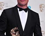 《為奴十二年》製片人布拉德•皮特手捧最佳影片獎。(CARL COURT/AFP/Getty Images)