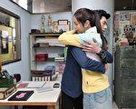 李國毅與任容萱片場拍攝「愛的抱抱」。(三立提供)