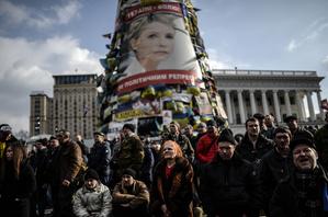 週六晚間,烏克蘭前總理、反對派領導人季莫申科被當局從監獄釋放。圖為21日基輔獨立廣場反對派人士製作的大型季莫申科展板。(AFP)