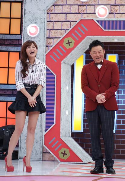 由吴怡霈与阳帆联手主持的全新综艺节目《金牌调查局》。(福斯国际电视网提供)