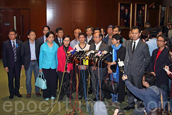香港多个泛民主派政党强烈谴责明报前总编辑刘进图被袭事件。(潘在殊/大纪元)