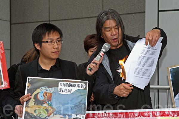 香港社民连成员到位于湾仔的警察总部抗议,要求警方尽快缉拿袭击刘进图的凶徒。他们批评梁振英上台后,新闻自由严重倒退,之前已经发生阳光时务负责人陈平遇袭、壹传媒主席黎智英及am730创办人施永青被人恐吓等恐怖暴力事件,警方至今都未能破案。(潘在殊/大纪元)