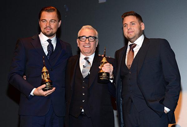 2014年2月6日,在圣塔芭芭拉电影节上,《华尔街之狼》导演马丁•斯科塞斯(中)和莱昂纳多•迪卡普里奥获颁电影先锋奖。右为饰演配角的乔纳•希尔。(Mark Davis/Getty Images for SBIFF)