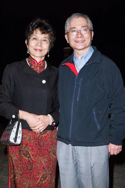 台北市立大學理學院教授吳美麗與丈夫盧達仁。(陳柏州/大紀元)
